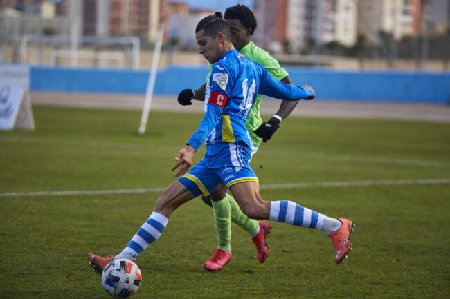 Marcos Barbero golpea el balón